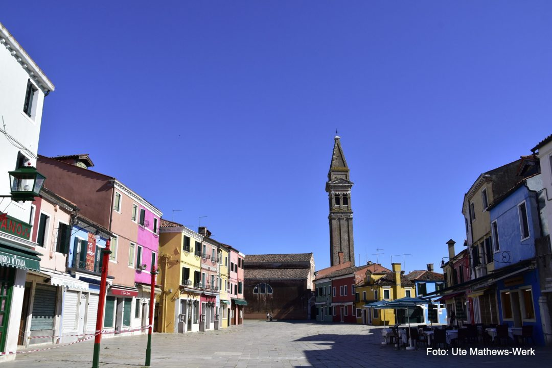 Venedig, Burano, Zentrum mit dem schiefen Kirchturm von Burano