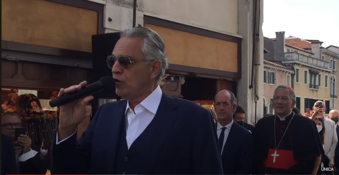 Andrea Bocelli singt auf der Rialto Brücke. Venedig: Feier zum Anlass der Restaurierung der Rialtobrücke